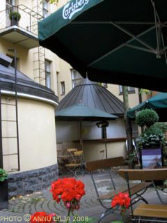 Omalleys_Pub_patio_flowers_Helsinki