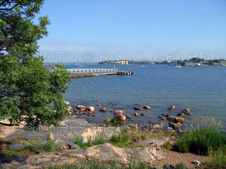 Summer Helsinki; view from Kaivopuisto to Suomennlinna Fortress island. Photo & pop-up photo © RC Gelber